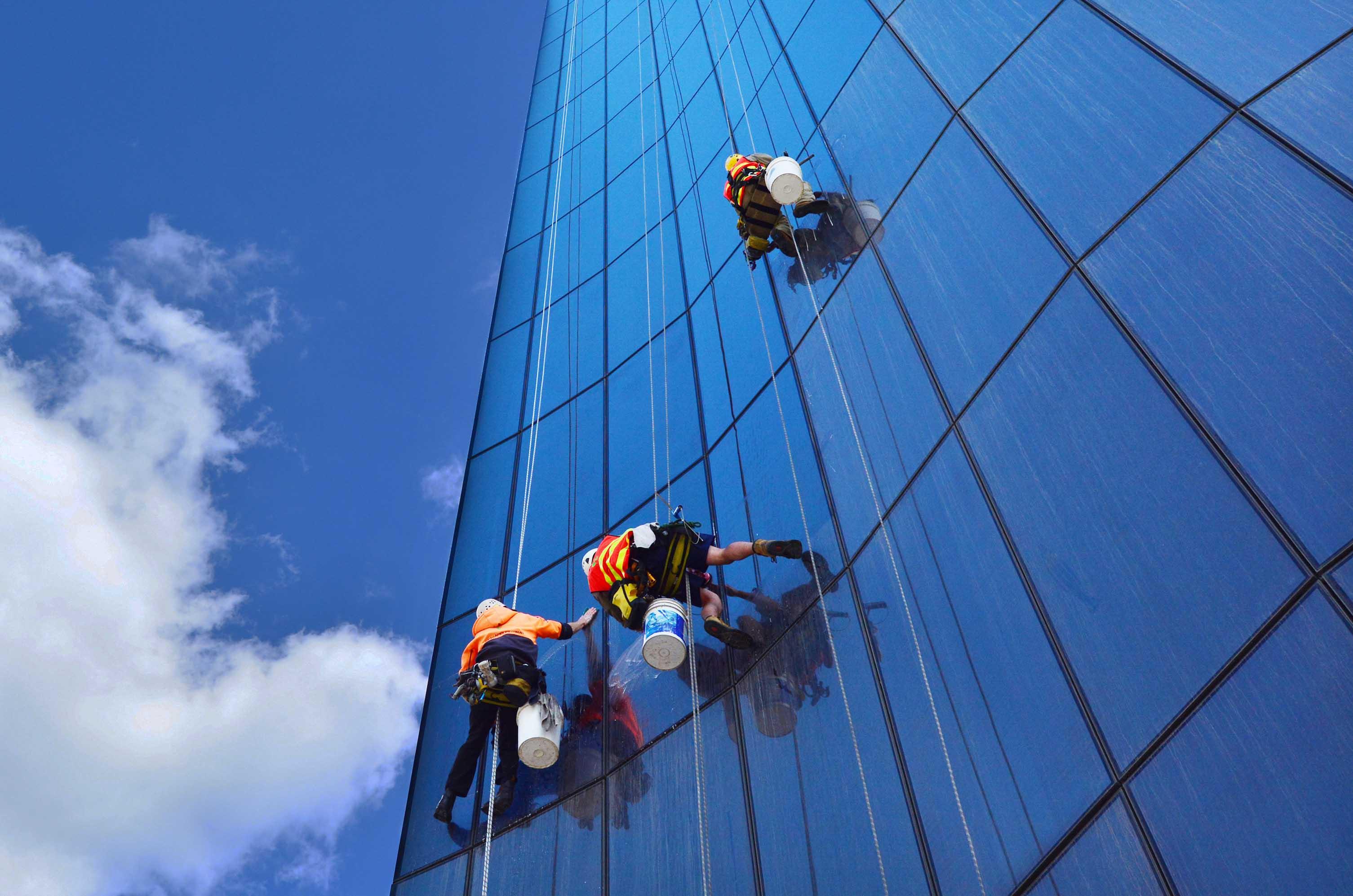 Fensterputzer an einem Hochhaus in Australien